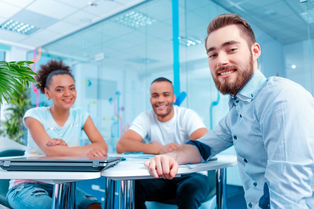 Drei lächelnde Marketer