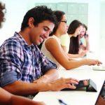 Mehrere Personen beim Lesen von E-Mails auf unterschiedlichen Geräten