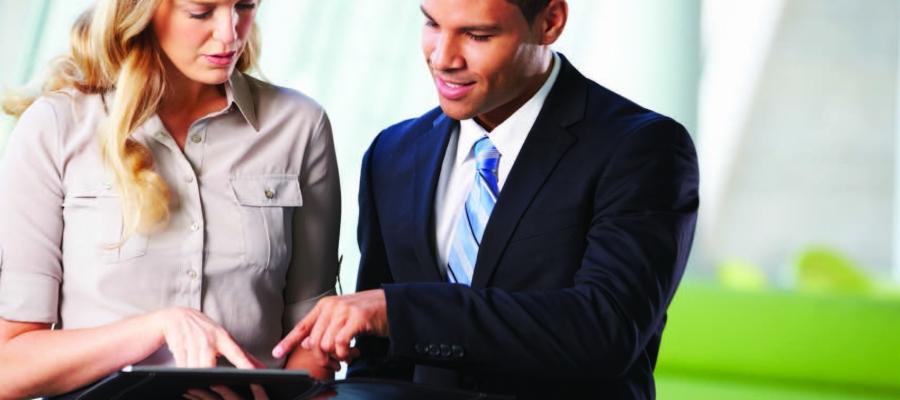 Zwei Geschäftsleute mit Tablet