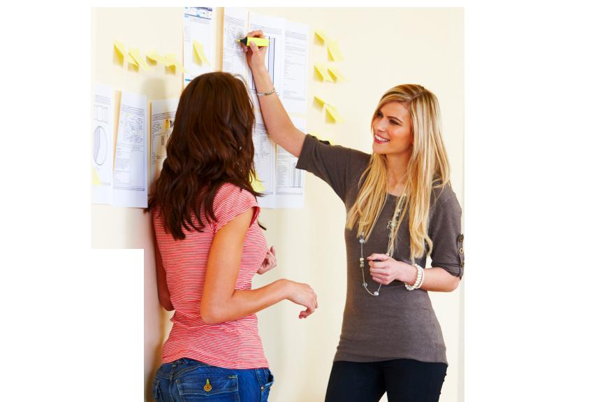 Dos mujeres trabajando juntas en un proyecto