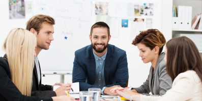 Gestor dirigiendo una reunión