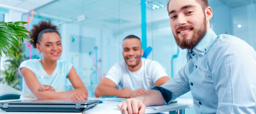 Tres responsables de marketing sonriendo