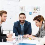 Responsable dirigeant une réunion