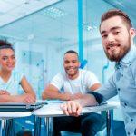 Trois spécialistes en marketing souriants