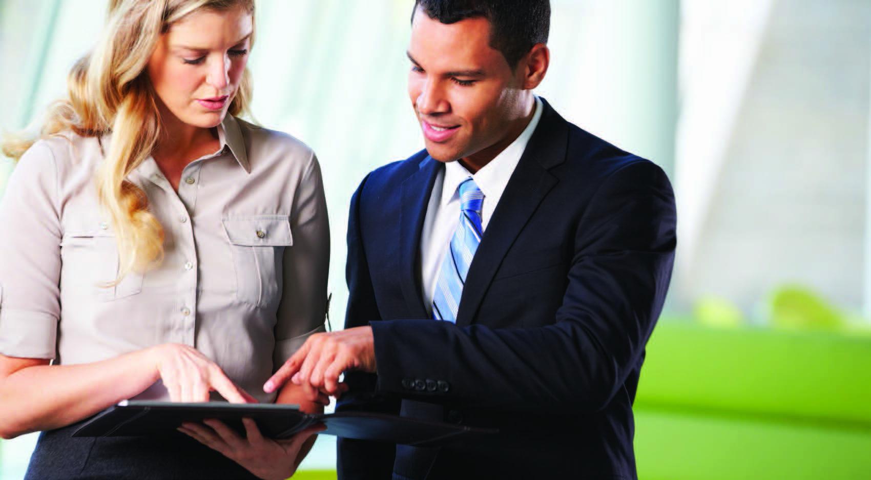 Deux chefs d'entreprises en train de regarder une tablette